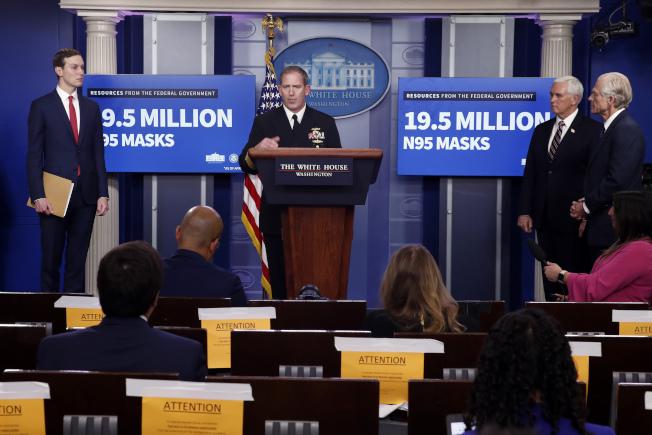 FEMA供應長波羅契克(中)在白宮記者會說,聯邦政府目前掌握1950萬個N95口罩,在場其他白宮成員為庫許納(左一)、潘斯(右二)和納瓦羅。(美聯社)