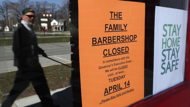 新冠疫情衝擊許多中小企業,圖為密西根州一個家庭理髮店貼出關門告示。(美聯社)