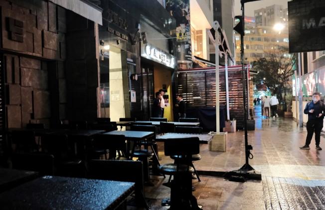 香港酒吧自3日起須關閉14天,專家批評反應慢半拍。圖為香港諾士佛台一帶人流冷清。(中新社)