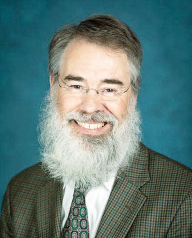 摩洛醫師認為民眾外出戴布料面巾遮蓋口鼻是阻止COVID-19傳播的方式。(聖馬刁縣衛生局提供)