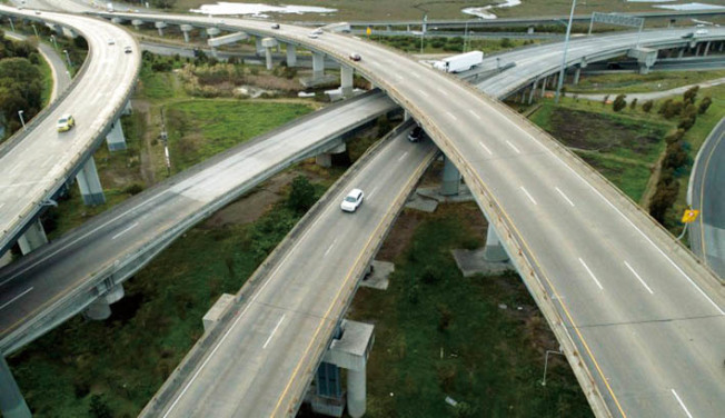 東灣一處高架公路交匯點。(美聯社)