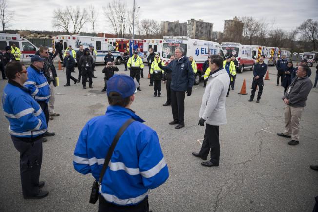 市長白思豪2日探訪皇后區消防局緊急醫療服務(EMS),帶頭保持社交距離。(市長辦公室提供)