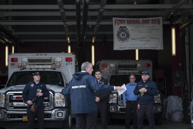 紐約市要求民眾在公共場所用衣物遮住口鼻,圖為白思豪探訪皇后區消防局緊急醫療服務(EMS)。(市長辦公室提供)