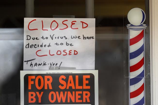 新冠疫情衝擊許多中小企業,圖為密西根州一家理髮店不但關門,店主索性要把店轉讓出去。(美聯社)