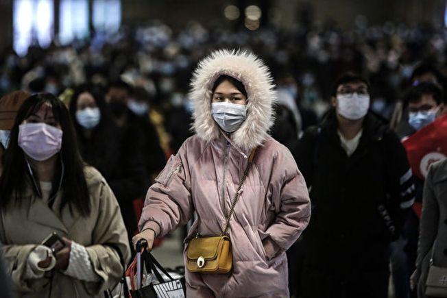 中國的一項觀察研究指出,無症狀感染者傳染力明顯低於確診者。圖為乘客日前到達武漢火車站。(Getty Images)