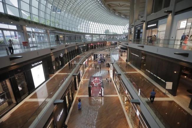 新加坡總理李顯龍3日宣布,從7日起所有提供非必要服務的工作場所將關閉,但市場、超市、小販中心、餐館、公共交通、銀行和診所等基本服務照常營業。圖為冷清的購物中心。 歐新社