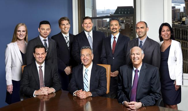 黎保利律師樓有7位律師被紐約州同業評為「超級律師」或「明日之星律師」,法律專業水平受到廣泛認可。前中為黎保利律師。