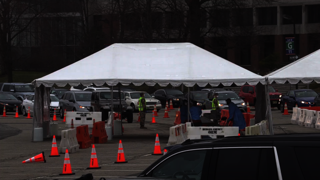 新州新冠肺炎檢測站依然人滿為患。(YouTube)