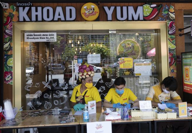 在政府宣布內用禁令後,泰國餐飲業者紛紛轉向外帶或外送。美聯社