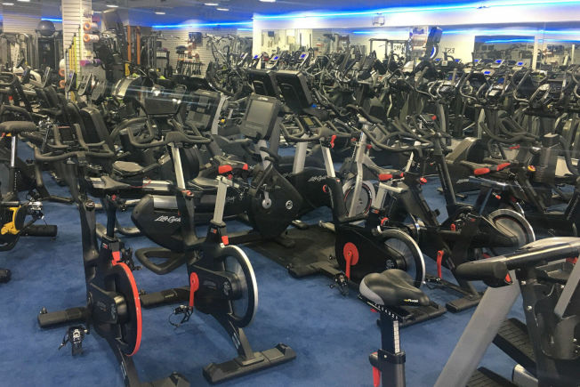 健身用品零售店表示,銷售量大增的商品包括立式和斜躺的運動腳踏車等。(多曼托提供)