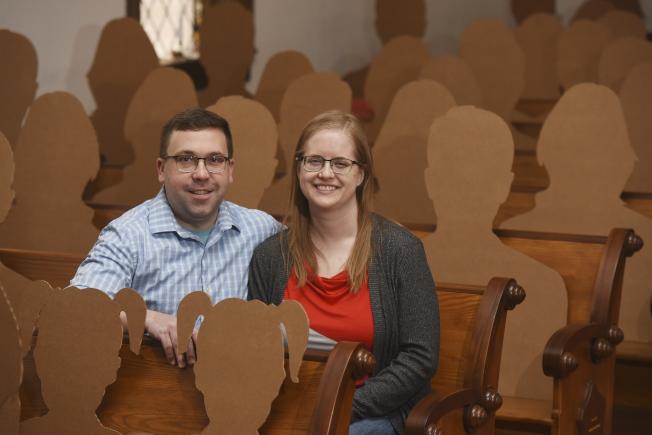 密西根州新人史圖利克(左)和席孟森原來邀請了150名親友參加他們的婚禮,但因疫情影響,大部分親友無法出席,搬家公司捐出紙板做的人型,代表親友出席婚禮。(美聯社)