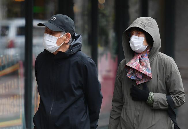 川普政府的防疫新指南要求民眾在公共場合戴口罩;令人擔憂口罩將更加供不應求。(Getty Images)