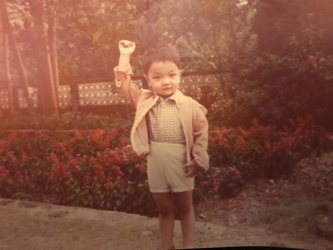 作者兒子,在外公一聲「中華民國萬歲」後的反射動作。