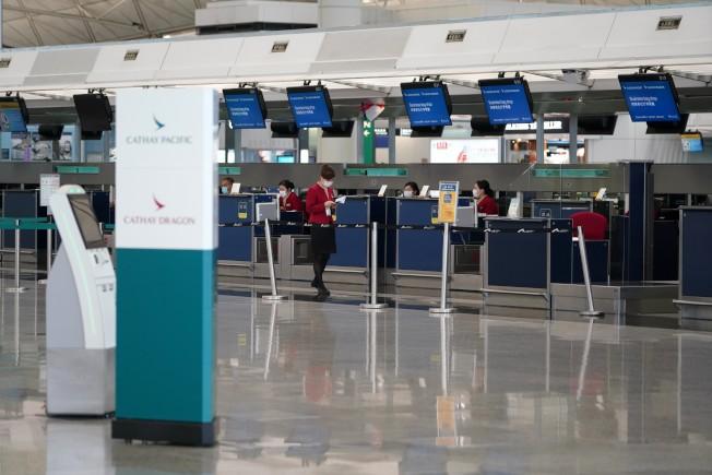 香港3日新增43確診,包括1名國泰地勤人員。圖為香港機場國泰航空值機櫃台。(中通社)