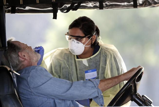 圖為佛州老人中心居民接受檢測。(美聯社)
