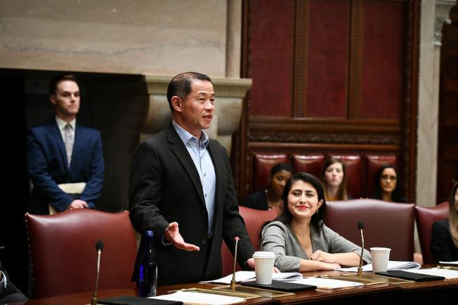 劉醇逸表示,新財年多單位經費將少57億,但州議會鞏固教育預算不被刪減。(劉醇逸辦公室提供)