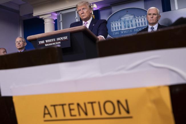 鑑於全美疫情嚴重,川普終於鬆口,呼籲全美民眾志願性戴口罩防疫。(美聯社)