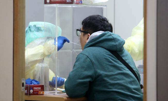 有學者表示境外移入破洞已現,早前中央流行疫情指揮中心宣布,入境旅客有發燒或呼吸道症狀者,必須搭乘防疫車隊到指定的集中檢疫所,等待採檢結果。(記者鄭超文/攝影)