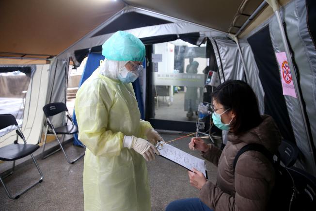 奧捷旅遊團陸續傳出「無症狀」未通報案例,醫師建議設立社區篩檢站,居家檢疫後再由專業醫護評估。圖為戶外篩檢站。(本報資料照片)