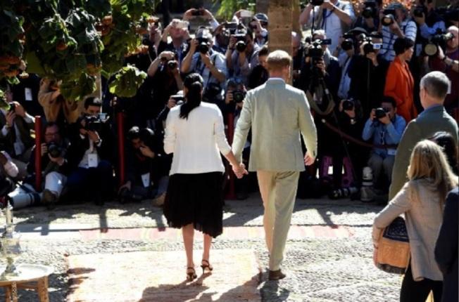 哈利王子和梅根走到哪兒都是矚目焦點,被狗仔攝影視為重振景氣的希望。圖/路透資料照片