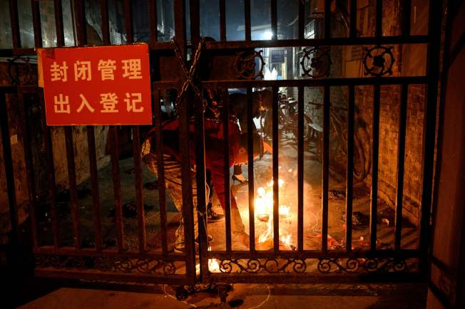 值清明節,武漢一名居民在燒紙錢。(Getty Images)