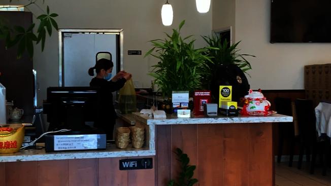 「雙合麵家」老闆娘張女士表示,繼續開店是迫不得已要支付房租、保險、水電費等。(記者李雪/攝影)