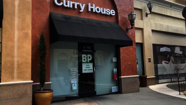 疫情下,有一家餐館貼出鋪面轉讓的地產廣告。