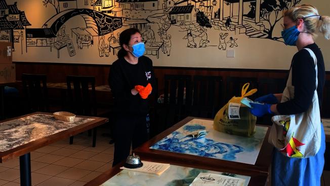 客人進門可以無接觸式取餐,如果要付錢或刷卡,張女士便會戴上手套。(記者李雪/攝影)