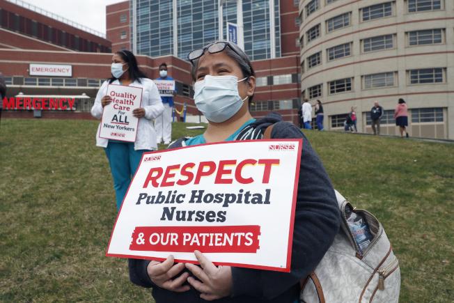 多名護士日前在布朗士醫院外示威,抗議防護用品不足,且被要求重複使用口罩一周。 (美聯社)