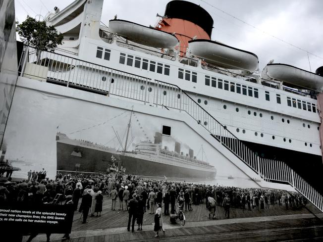 瑪麗皇后遊輪的舷梯側壁上,有1936年處女航的巨型照片。如今已成為歷史景點和豪華餐廳。(本報檔案照)