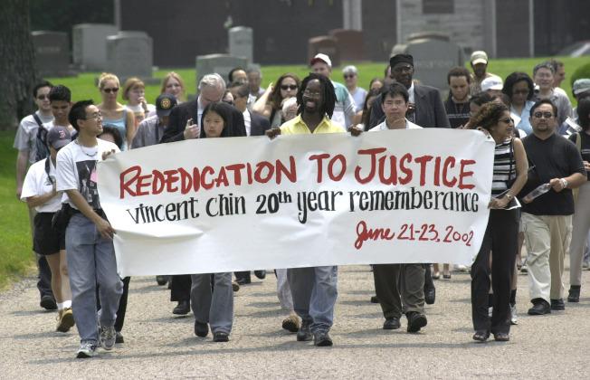 群眾2002年6月23日在底特律遊行示威,紀念陳果仁遇害20周年。(美聯社)