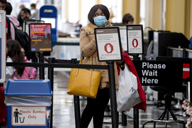 聯邦運輸安全局在機場值勤人員2日出現首起新冠肺炎死亡病例。(美聯社)