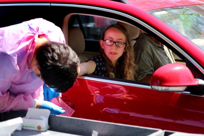 山景城一名14歲少女4日在史丹福大學設立的一個檢測中心捐血,進行新冠病毒的抗體檢測。(取自推特)