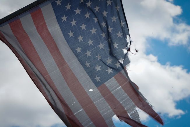 這次新冠疫情把美國衝擊得千瘡百孔,圖為布魯克林一家醫院懸掛的星條旗。(Getty Images)