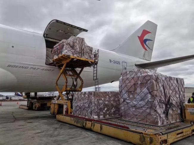 阿里巴巴捐贈給紐約州的1000台呼吸器等物資,4日運達甘迺迪機場,並開始卸貨。(蔡崇信提供)