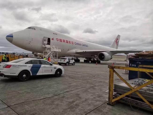 載有阿里巴巴捐贈給紐約州的1000台呼吸器的包機,4日抵達紐約甘迺迪機場。(蔡崇信提供)