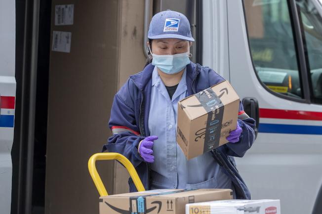 新冠疫情下不斷有郵差確診或告假,皇后區郵局人力緊缺。(歐新社)