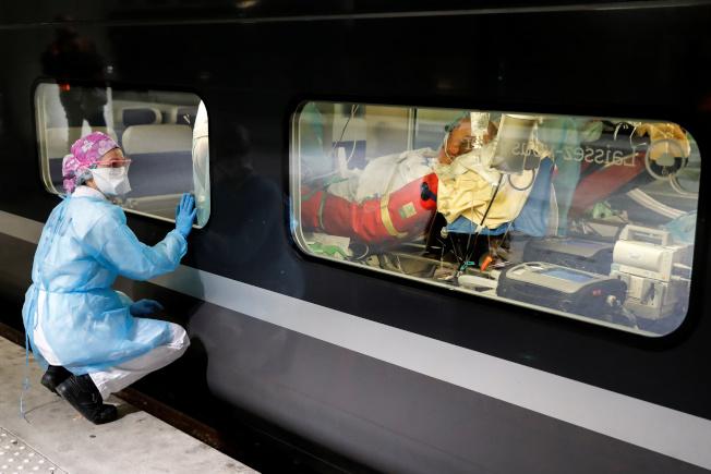 重災區巴黎的醫務人員利用高速火車將新冠肺炎患者轉移到醫療系統飽和度較低的區域。(路透)
