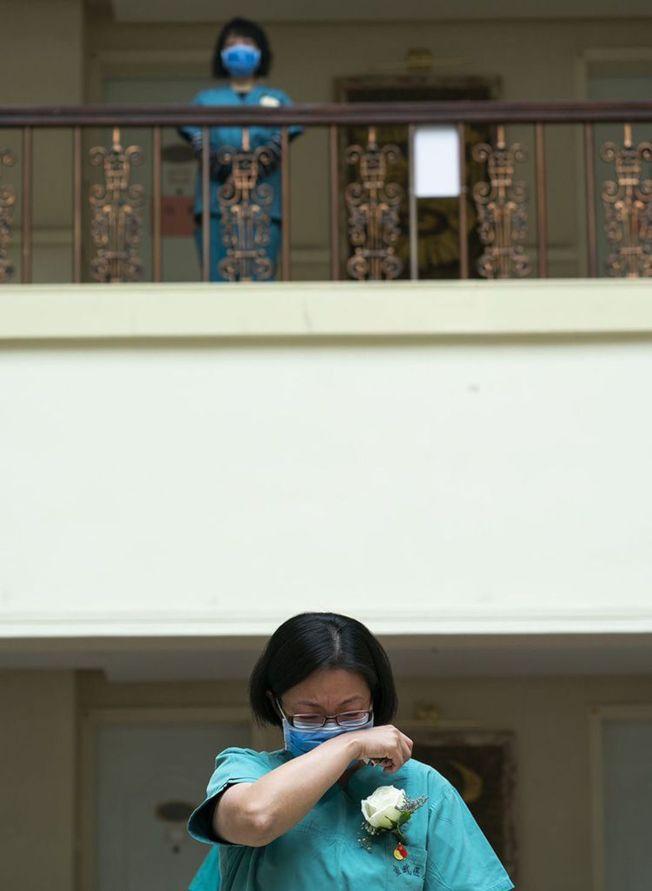 一位醫務工作者潸然淚下。(取材自新京報)