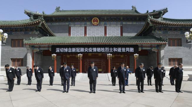 中國4日舉行全國哀悼活動,中國國家主席習近平(前排中)等人在北京向抗擊疫情犧牲烈士和逝世同胞默哀。(新華社)