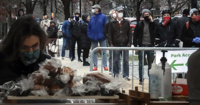 美國疫情急速升高,圖為紐約市民戴口罩上街透氣。(美聯社)
