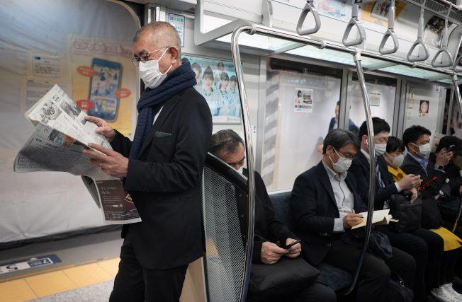 """勇往""""职""""前?日本上班族疫期仍出门 地铁人潮依旧"""