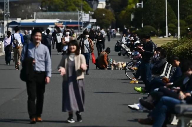 日本讀賣新聞報導,為防止疫情持續擴散,東京都及大阪府等大都會的市政府,持續籲請當地民眾減少不必要外出,但不少都會區民眾仍紛紛往病例數少的郊區觀光勝地及露營區等地移動。圖╱GettyImages