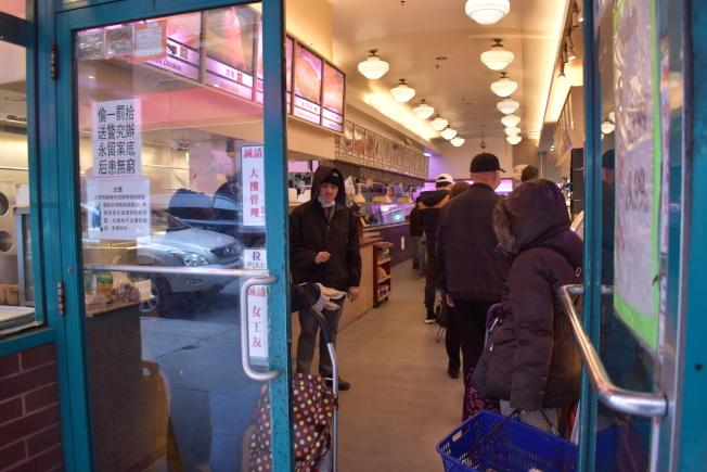 日前臉書上有文章表示,有人在華埠德昌超市門口連遭搶兩次,5日警方澄清為假消息。(記者顏嘉瑩/攝影)