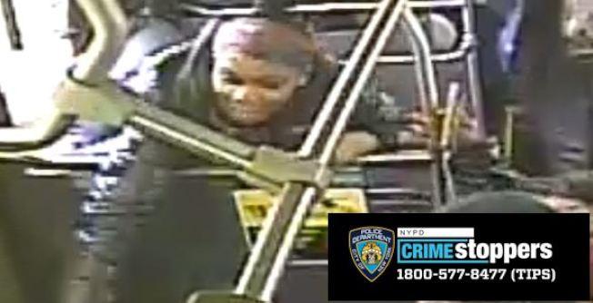 四名非洲裔女子在公車上以言語和雨傘攻擊一名亞裔婦人,圖為尚未被捕的嫌犯,警籲民眾舉報。(警方提供)
