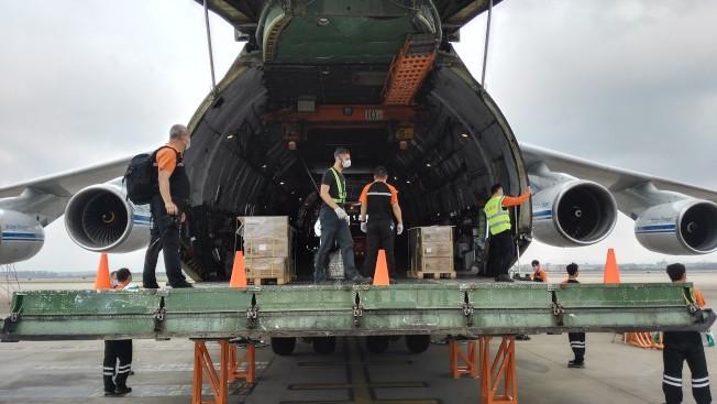 中國救援物資快速出口馳援全球抗疫一線,近期從廣州白雲機場出口防疫物資數量大幅增加。(中新社資料圖)