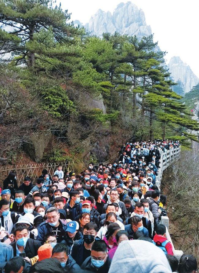 棧道擠滿遊客。(取材自封面新聞)