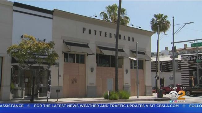 比佛利山的部分名店,已經在門窗外釘上木板封閉。(CBS電視台)