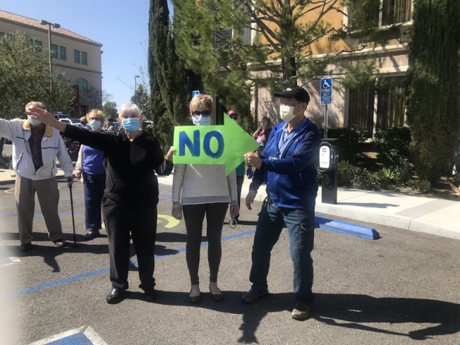 年長居民發起抗議,希望公眾關注脆弱且易感染的老年群體。(受訪者提供)