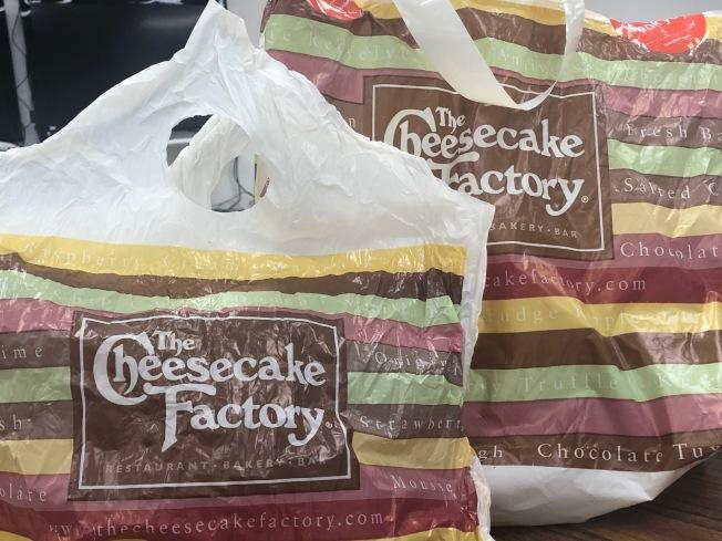 連鎖西餐廳Cheesecake Factory,已通知所有房東,4月1日起付不出房租,在業界、股票市場與消費者中引起震憾。(記者胡清揚/攝影)
